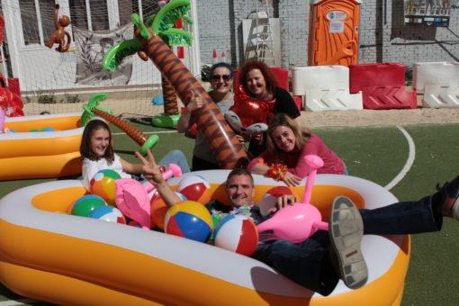 experiencia inmersiva familia disfrutando escape room outdoor