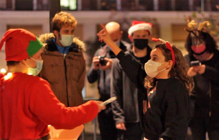grupo de niños jugando la street escape room La caza de los Elfos